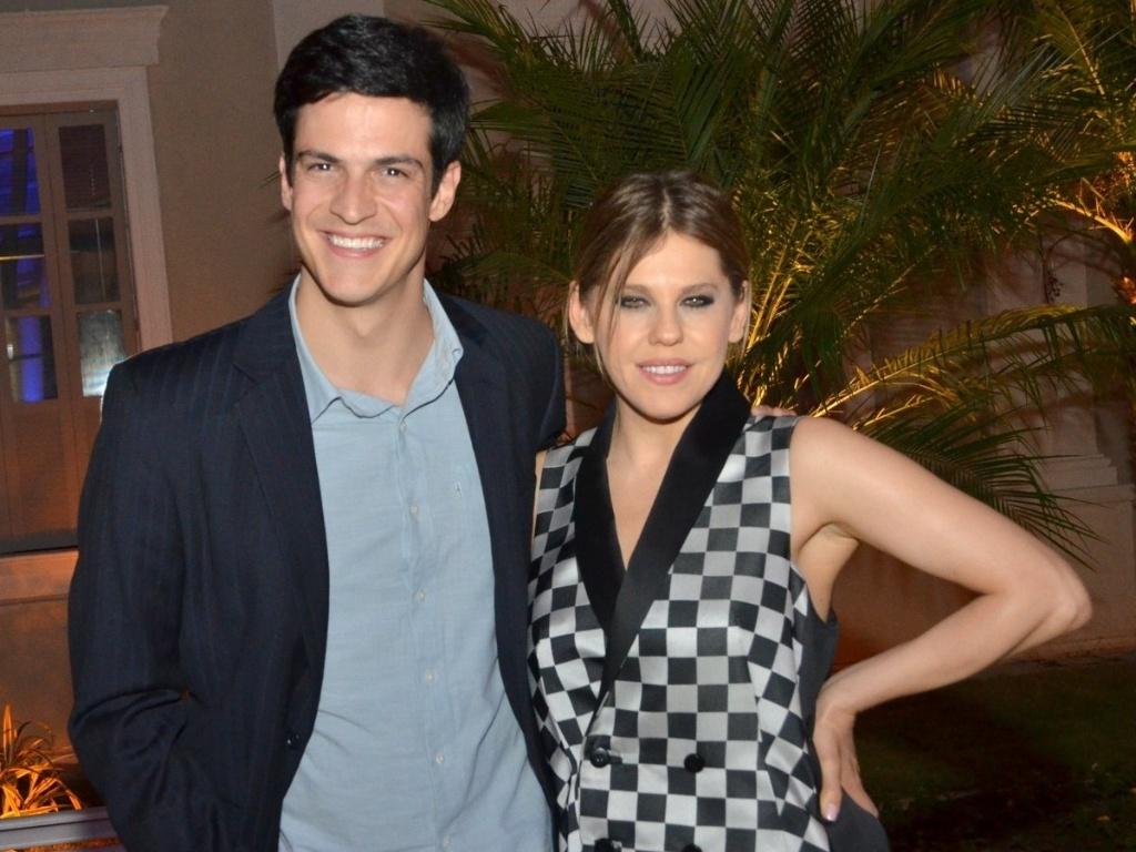 30.abr.2013 - Mateus Solano e Bárbara Paz posam juntos durante o lançamento da novela