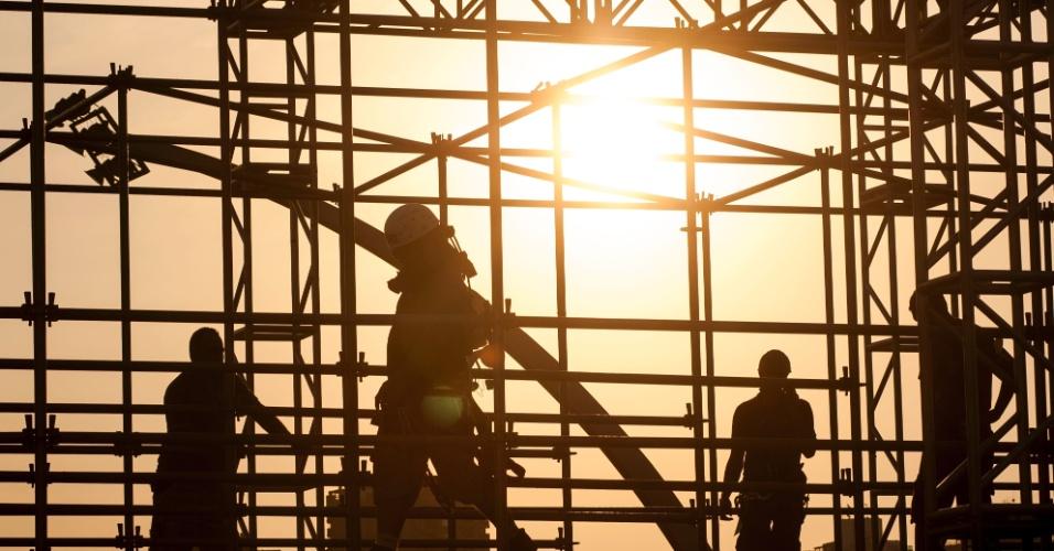 30.abr.2013 - Operários trabalham na montagem de estrutura no circuito do Anhembi para a São Paulo Indy 300