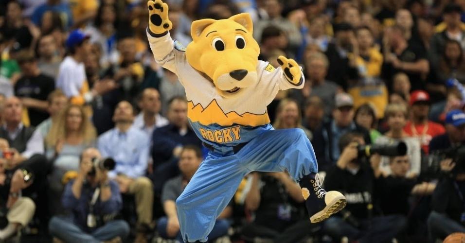 30.abr.2013 - Rocky, o mascote do Denver Nuggets, dança durante a partida em que a equipe bateu o GS Warriors pela NBA