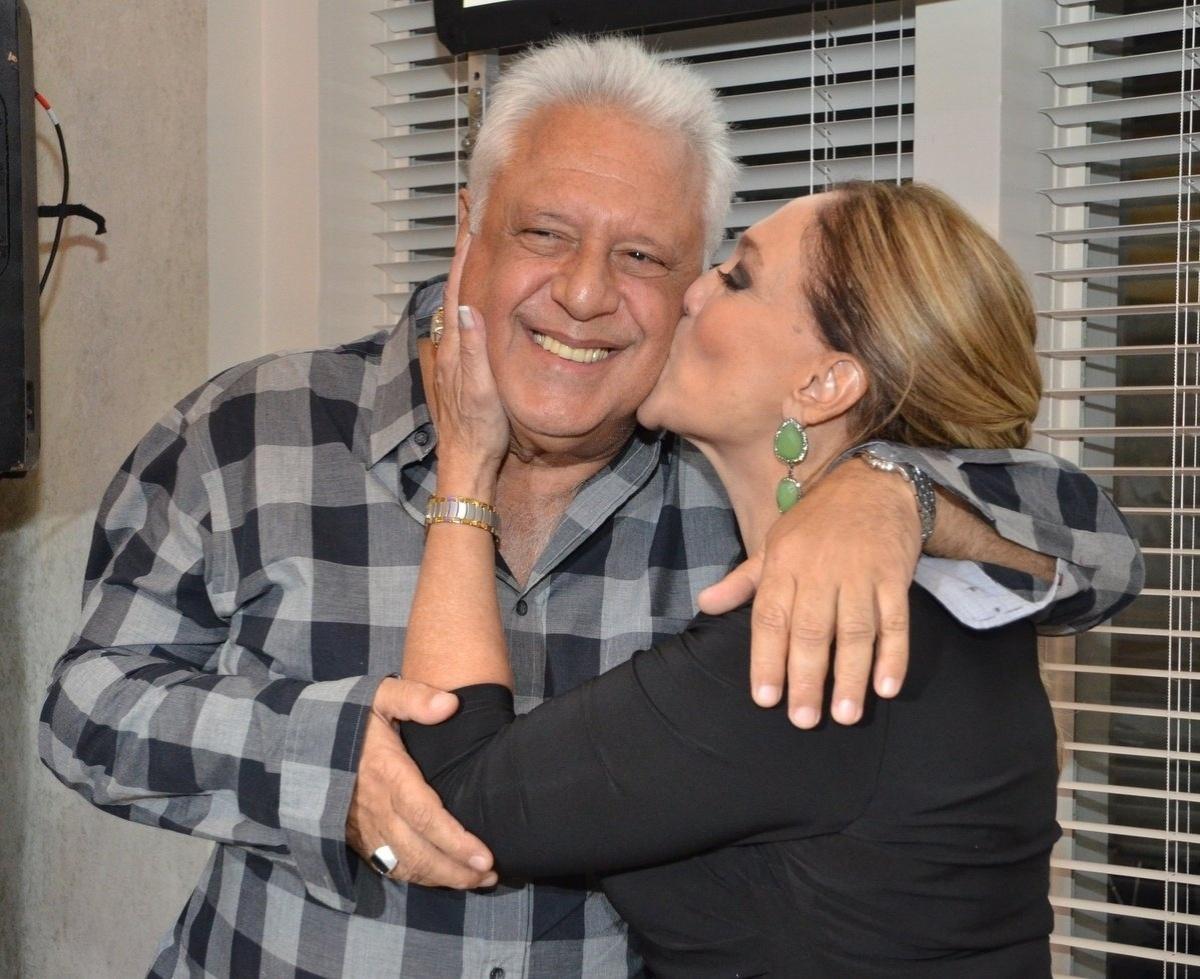 30.abr.2013 - Susana Vieira dá beijo na bochecha de Antônio Fagudes durante o lançamento da novela