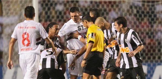 Lúcio foi expulso no primeiro tempo contra o Atlético e prejudicou o São Paulo