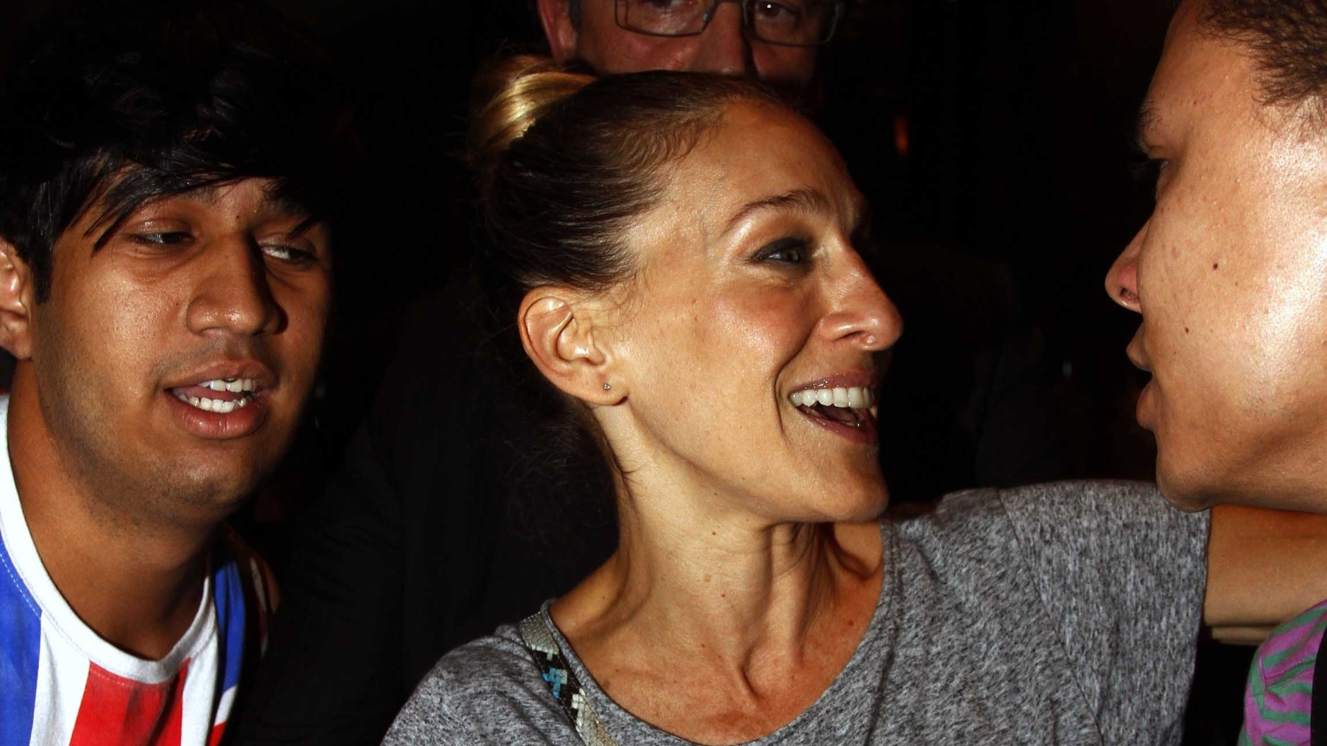 2.mai.2013 - A atriz Sarah Jessica Parker fala com fs na sada de churrascaria em So Paulo. A estrela da srie 