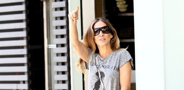 2.mai.2013 - Aps desembarcar no Brasil, atriz Sarah Jessica Parker acena para fotgrafos e passeia pelas ruas de So de Paulo