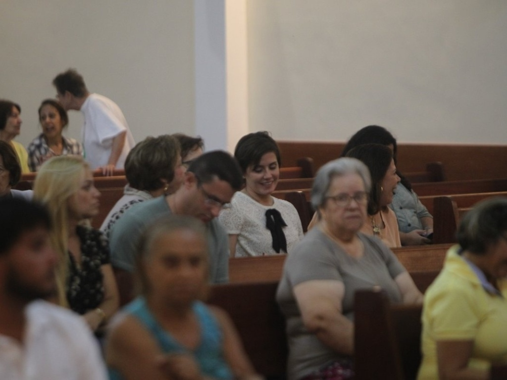 2.mai.2013 - Deborah Secco compareceu a missa realizada na paróquia São Marcos, na zona oeste do Rio. A atriz estava acompanhada da mãe Sílvia. Foi na igreja que Deborah estreitou laços com seu novo namorado, o cantor Allyson Castro