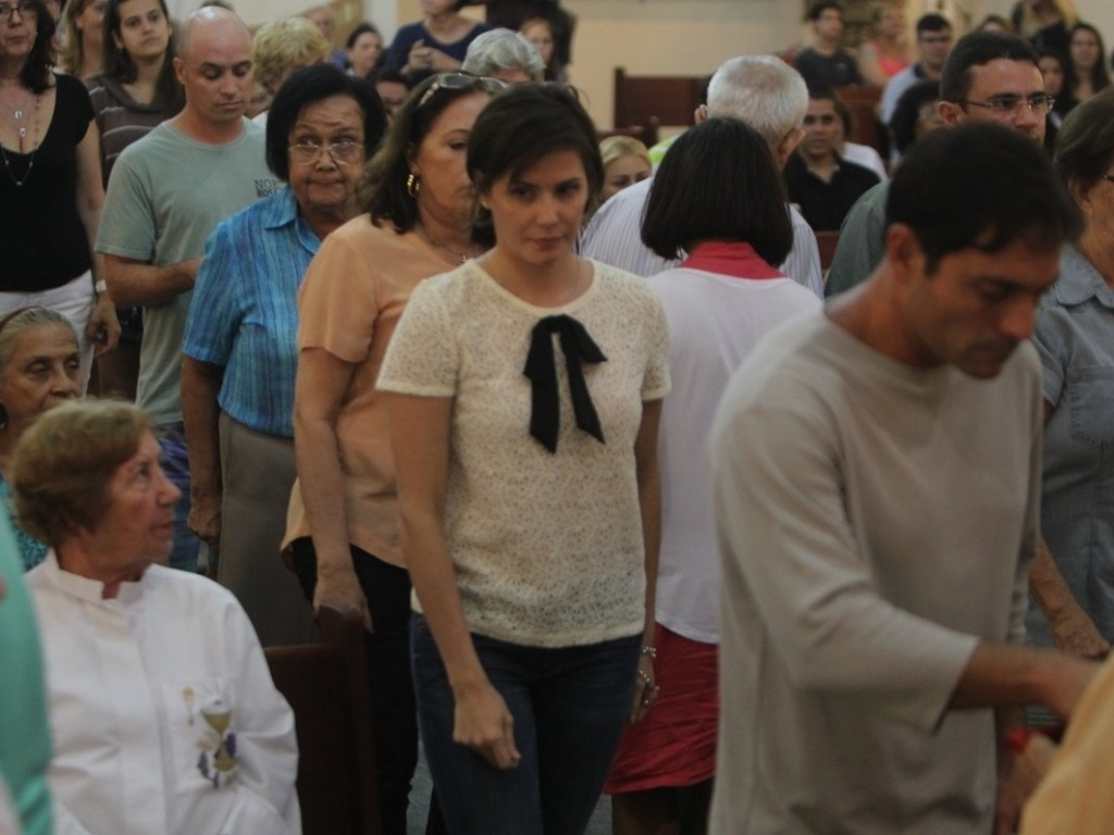 2.mai.2013 - Deborah Secco compareceu a missa realizada na parquia So Marcos, na zona oeste do Rio. A atriz estava acompanhada da me Slvia. Foi na igreja que Deborah estreitou laos com seu novo namorado, o cantor Allyson Castro