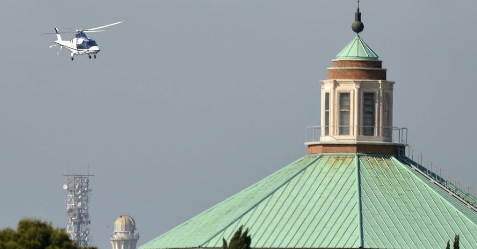 2.mai.2013 - Helicóptero carregando o papa emérito Bento 16 pousa no Vaticano nesta quinta-feira (2). Joseph Ratzinger será recebido pelo papa Francisco, seu sucessor, após ter passado dois meses e Castel Gandolfo. Ele agora se instalará na sua nova residência, no mosteiro Mater Ecclesiae