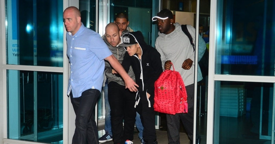 2.mai.2013 - Justin Bieber desembarca no aeroporto de Istambul, na Turquia
