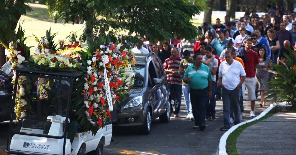 2.mai.2013 - O corpo do empresário Fernando Guerreiro Abdalla, morto em um assalto, é enterrado na manhã desta quinta-feira (2), no cemitério de Congonhas, no Jardim Marajoara, zona sul de São Paulo. O empresário, de 29 anos, foi baleado na estrada do Sabão, na Freguesia do Ó, na noite da última terça-feira (30), mesmo sem ter reagido ao roubo, segundo testemunhas