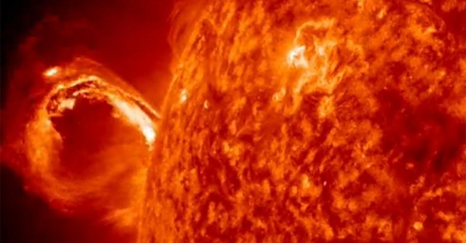 2.mai.2013 - O Observatório Solar Dinâmico (SDO, na sigla em inglês), da Nasa (Agência Espacial Norte-Americana), registrou intensa atividade do astro nesta quarta-feira (1º). O Sol liberou massa da sua atmosfera durante 2 horas e meia, criando grandes ondas solares, mas sem riscos de atingir os satélites de comunicação da Terra. Cada ejeção de massa coronal pode liberar mais de 1 bilhão de toneladas de partículas no espaço a uma velocidade de 1,6 milhão de quilômetros por hora