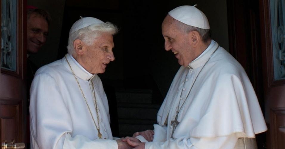 2.mai.2013 - O papa Francisco (dir.) recebe o papa emérito Bento 16 no Vaticano nesta quinta-feira (2), após Joseph Ratzinger ter passado dois meses em Castel Gandolfo. Ratzinger agora se instalará na sua nova residência, no mosteiro Mater Ecclesiae