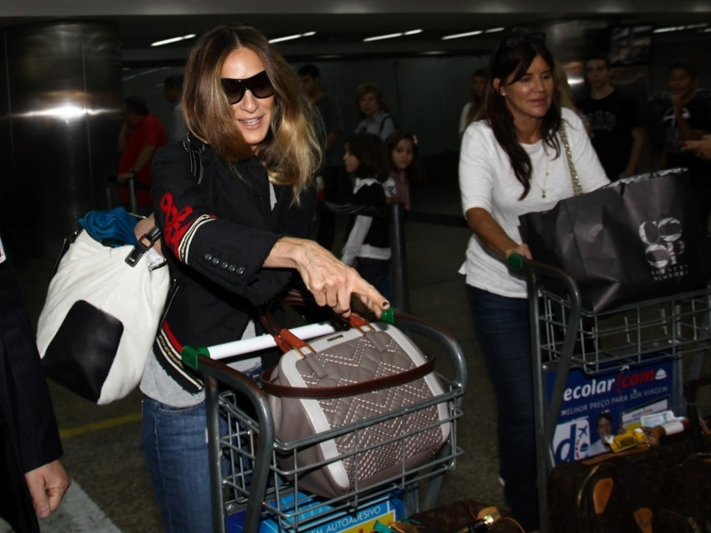 2.mai.2013 - Sarah Jessica Parker desembarca no aeroporto internacional de SP