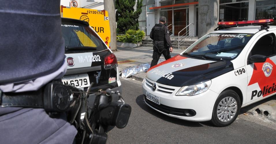 2.mai.2013 - Tentativa de assalto a banco termina com criminoso morto após troca de tiros com a polícia na avenida Domingos de Moraes, na Vila Mariana, em São Paulo, no final da manhã desta quinta-feira (2)