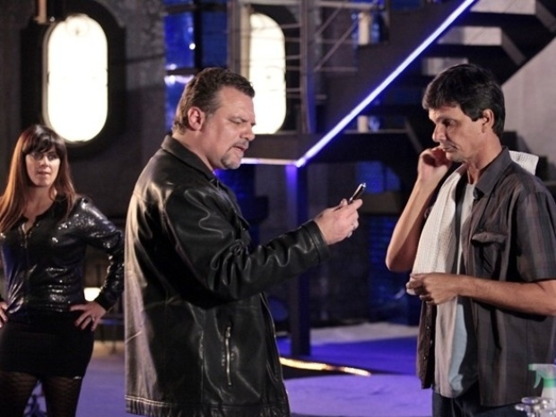 """Em """"Salve Jorge"""", Russo encontra a caneta filmadora de Jô e ameaça matar o dono do objeto"""