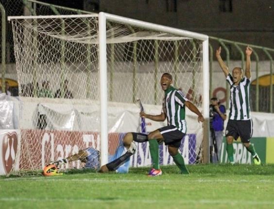 Jogadores do Coritiba comemoram gol em vitória diante do Sousa (01/05/2013)