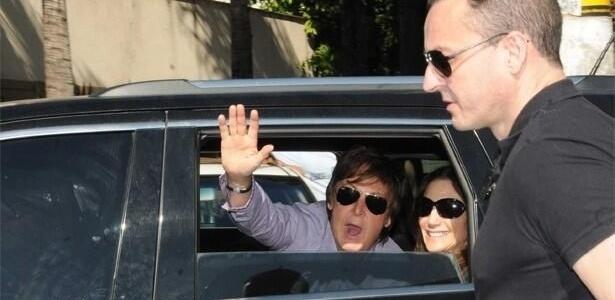 03.mai.2013 - Paul McCartney chega a Belo Horizonte acompanhado da mulher, Nancy Shevell