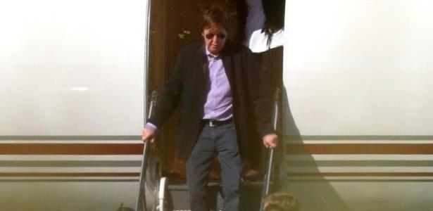 03.mai.2013 - Paul McCartney desembarca em jatinho particular no aeroporto de Confins, em Belo Horizonte, acompanhado da mulher, Nancy Shevell