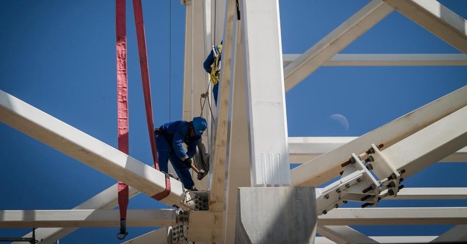 03.maio.2013 - Operários trabalham nas obras da construção do estádio Itaquerão