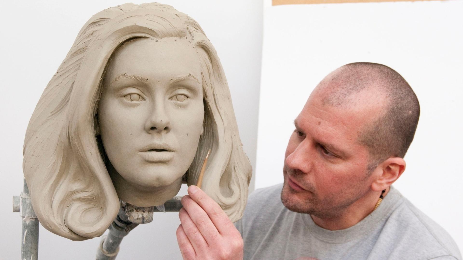 2.abr.2013 - Escultor Louis Wiltshire faz cabeça de argila que será usada como molde para estátua de cera da cantora Adele no museu Madame Tussauds em Londres e Amsterdã. Foto de 2 de abril divulgada em 2 de maio
