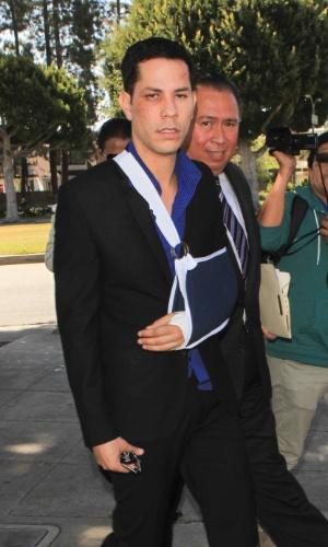 2.ami.2013 - O cantor Christian Chavez chega à corte de Beverly Hills para pretsar depoimento sobre a briga que teve com o namorado Ben Kruger. Ele estava com o rosto machucado e o braço engessado