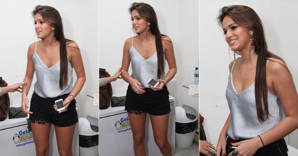 2.mai.2013 - Bruna Marquezine usa short curto para ir a show de Preta Gil no Barra Music, no Rio de Janeiro. A atriz não estava acompanhada de seu namorado, o jogador Neymar