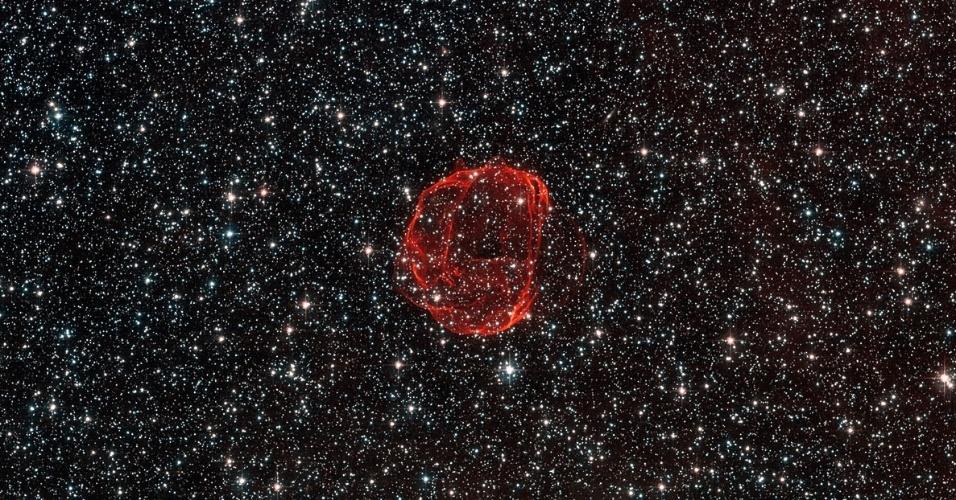 3.mai.2013 - O telescópio espacial Hubble encontrou uma vibrante bolha de gás ao redor do objeto SNR 0519, a 150 mil anos-luz de distância da Terra, na constelação do Peixe-Espada. Esses filamentos vermelhos são os restos de uma violenta explosão de uma anã-branca (estrela massiva como o Sol, mas que está no fim da vida) que ocorreu há cerca de 600 anos, segundo a Nasa (Agência Espacial Norte-Americana)