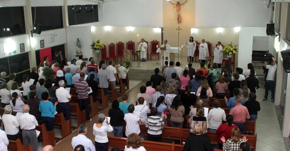3.mai.2013 - Parentes e amigos de Cinthya Magaly Moutinho de Souza, morta queimada na quinta-feira (25), em São Bernardo do Campo (SP), participam da missa de sétimo dia da dentista