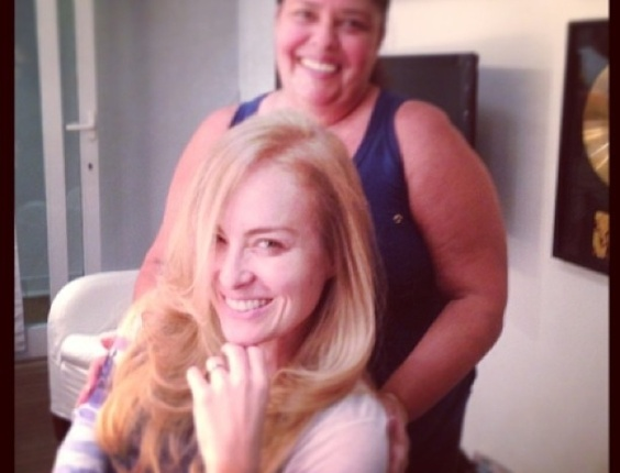 3.mai.2013- Angélica sempre admitiu que é vaidosa e não dispensa um bom tratamento para os cabelos. Nesta sexta-feira, 3, ela recebeu os cuidados especiais de sua cabeleireira