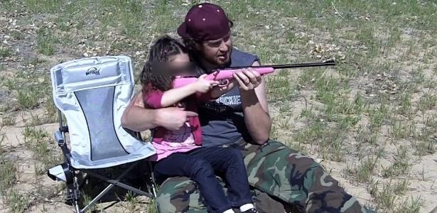 Em vídeo publicado na internet, pai ensina filha a atirar usando um rifle Crickett feito para crianças