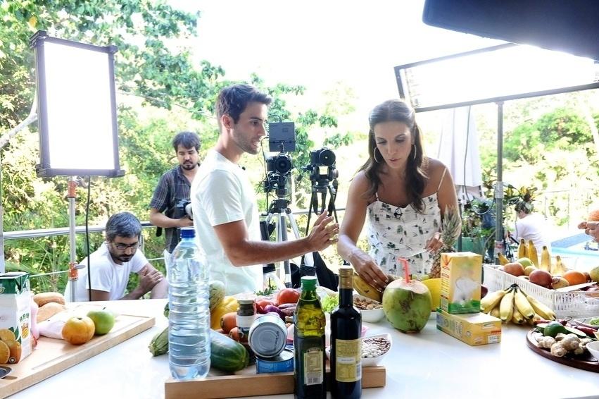 Ivete Sangalo e o marido, o nutricionista Daniel Cady, cozinham juntos em vídeo para o programa de emagrecimento BodyChange