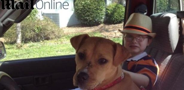 Antes de encontrar a cachorra Xena, Jonny passava horas jogando bolinhas de gude sozinho