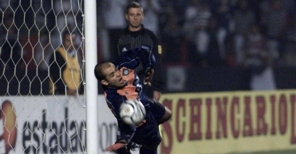 Marcos defende pênalti cobrado por Marcelinho
