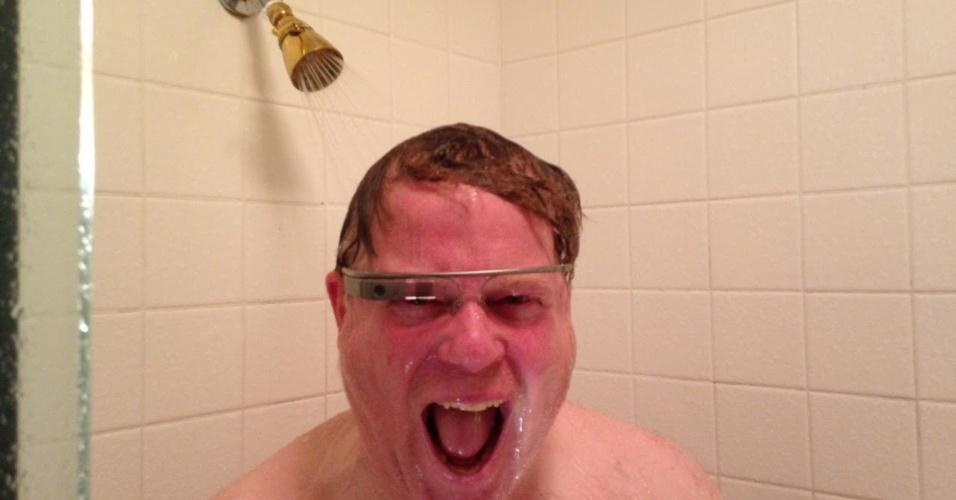 """Os óculos Google Glass começaram a ser disponibilizados recentemente para alguns usuários nos Estados Unidos e já é alvo de brincadeiras na internet. Uma delas é o tumblr """"White people wearing google glass"""" (pessoas brancas usando o Google Glass). O blog tira um sarro da ostentação promovida na web pelos usuários do dispositivo do Google"""