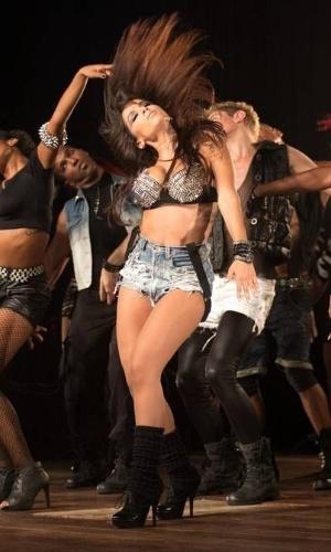 """Larissa adotou o nome de trabalho Anitta devido ao seriado da Rede Globo, """"Presença de Anita"""". Segundo a cantora, ela """"admirava o lado menina e ao mesmo tempo mulher"""" da personagem"""