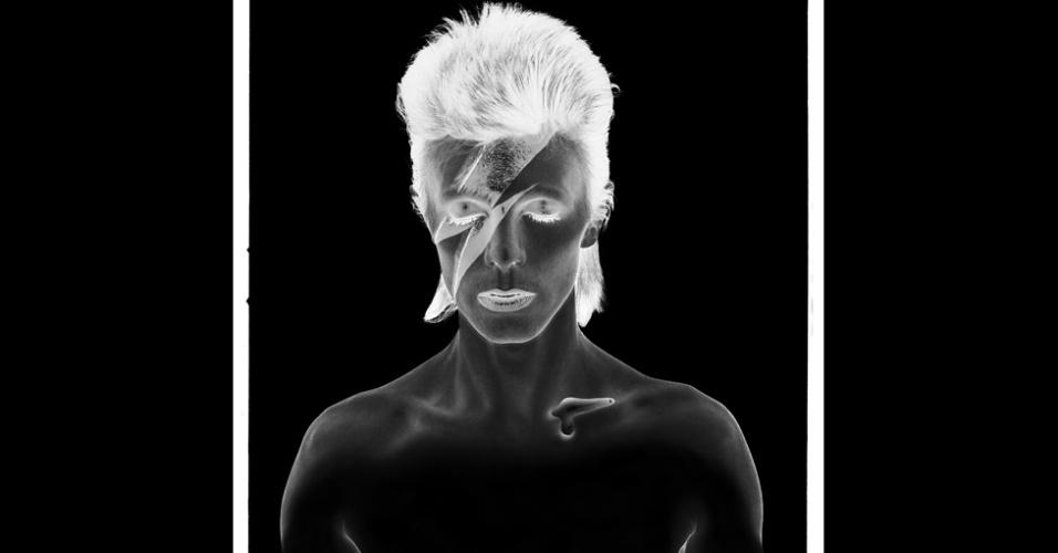 Uma coleção única de imagens feitas pelo fotógrafo de moda britânico Brian Duffy está em cartaz na Inglaterra incluindo, imagens de bastidores de astros como o cantor David Bowie