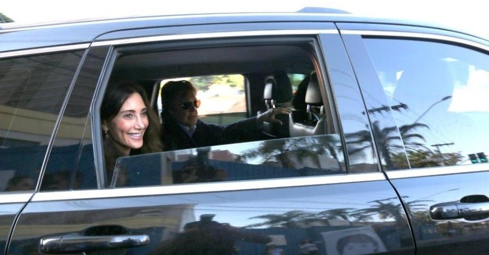 03.mai.2013 - Paul McCartney sai de hotel em Belo Horizonte acompanhado da mulher, Nancy Shevell
