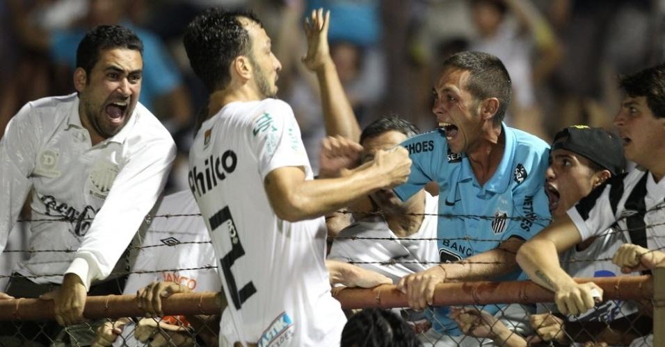 04.mai.2013 - Edu Dracena comemora o gol de empate do Santos com os torcedores presentes em Mogi Mirim