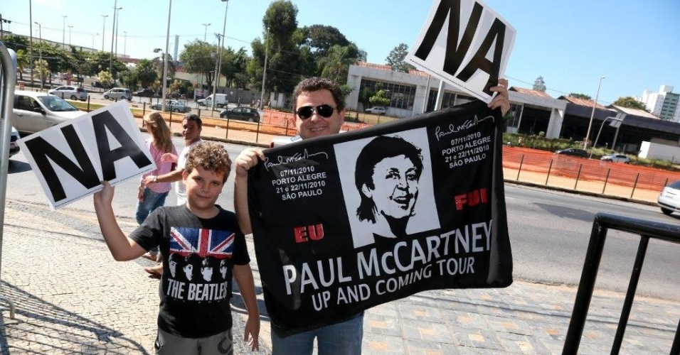 04.mai.2013 - Fs de Paul McCartney esperam o cantor na porta do hotel em que ele est hospedado em Belo Horizonte