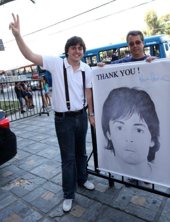 04.mai.2013 - Fãs de Paul McCartney esperam o cantor na porta do hotel em que ele está hospedado em Belo Horizonte