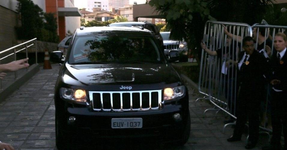 04.mai.2013 - Fãs gritam para Paul McCartney quando o cantor saiu do hoetel para se dirigir ao local do show em Belo Horizonte