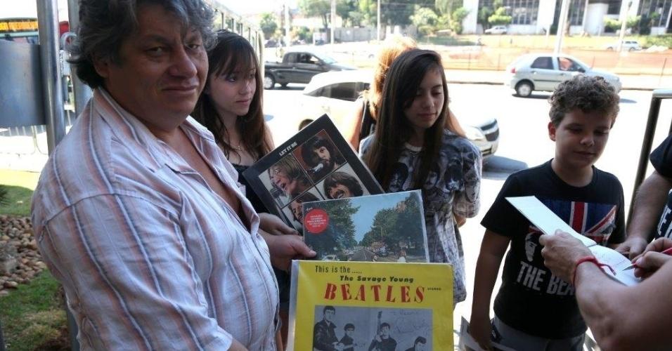 04.mai.2013 - Fãs mostra album dos Beatles enquanto espera Paul McCartney na porta do hotel em que o cantor está hospedado em Belo Horizonte