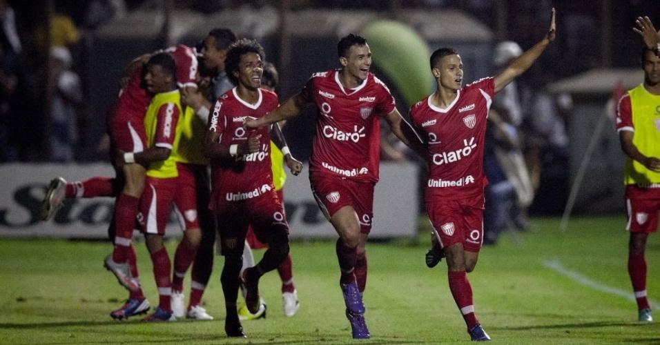 04.mai.2013 - Jogadores do Mogi Mirim comemoram o gol de Roni (d), no duelo semifinal contra o Santos