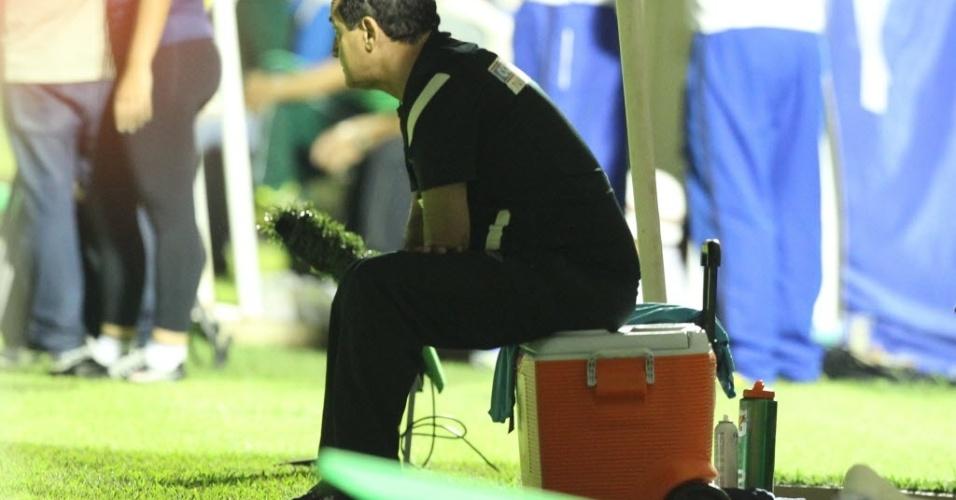 04.mai.2013 - Muricy Ramalho 'improvisa' banco de reservas para assistir ao duelo entre Santos e Mogi Mirim, pela semifinal do Paulistão