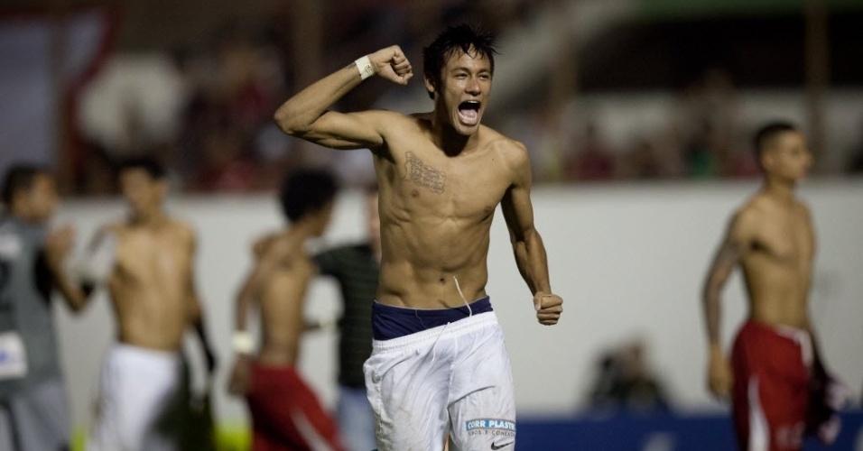 04.mai.2013 - Neymar corre pelo gramado em Mogi Mirim e comemora classificação do Santos para a final do Paulista