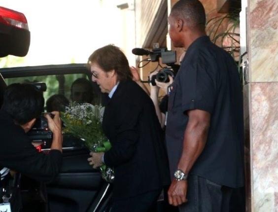 04.mai.2013 - Paul McCartney recebe flores ao sair de hotel em Belo Horizonte para a apresentação desta noite na cidade