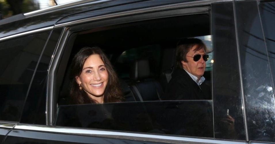 04.mai.2013 - Paul McCartney sai de hotel em Belo Horizonte acompanhado da mulher, Nancy Shevell