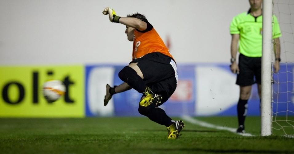 04.mai.2013 - Rafael pula e pega a cobrança de Roni, do Mogi Mirim, na decisão por pênaltis em duelo que valeu vaga na final do Paulista