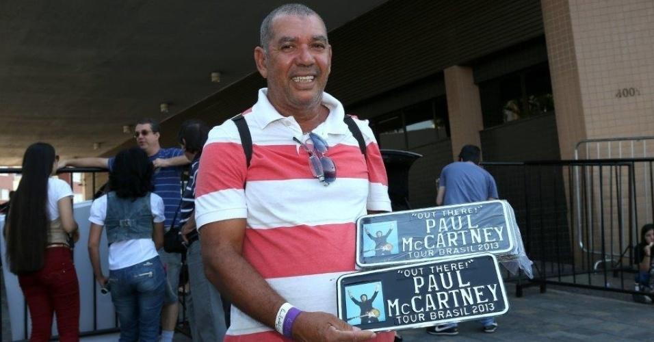 04.mai.2013 - Vendedor mostra produtos de Paul McCartney na porta do hotel em que o cantor está hospedado em Belo Horizonte