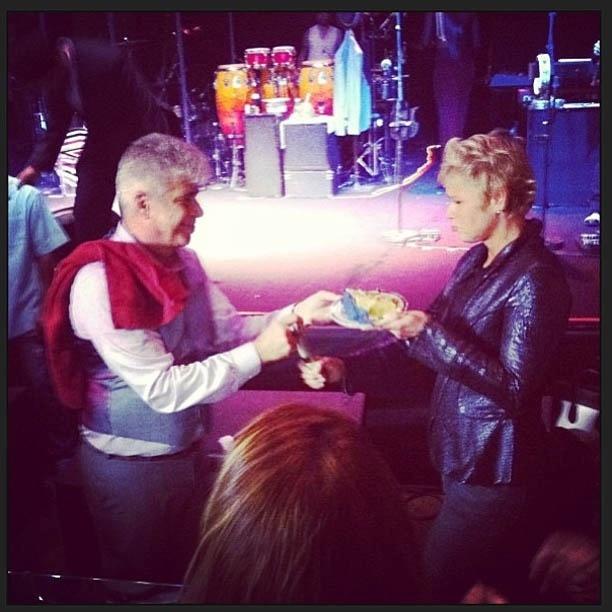 3.mai.2013 - Lulu Santos dá primeiro pedaço de bolo a Xuxa