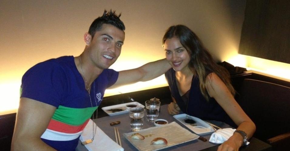 4.mai.2013 - Cristiano Ronaldo mostra foto ao lado da namorada e desmente caso com Andressa Urach