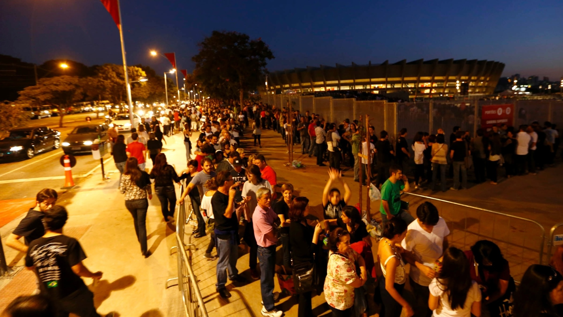 4.mai.2013 - Detalhe para a fila do show de Paul McCartney no Estádio do Mineirão, em Belo Horizonte